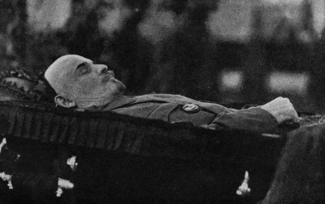 Руководство государства не сразу пришло к идее сохранения тела Ленина. Еще 21 января 1924 года предполагалось произвести захоронение у Кремлевской стены неподалеку от могилы Якова Свердлова.
