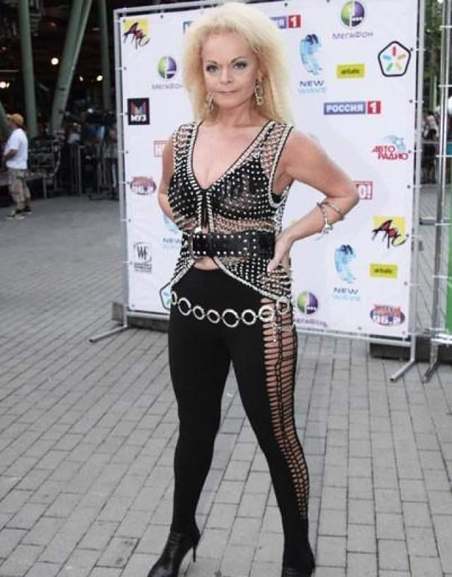А вот Лариса Долина не сравнится ни с Шер, ни с Мадонной. Певица уже давно переключилась на вызывающие наряды и в обычной жизни.