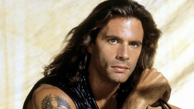 """Лоренцо Ламас. Актер, изучающий карате и тхэквондо с 1979 года, известен прежде всего по криминальному сериалу """"Отступник"""", помимо которого снялся в ряде боевиков в 90-х."""