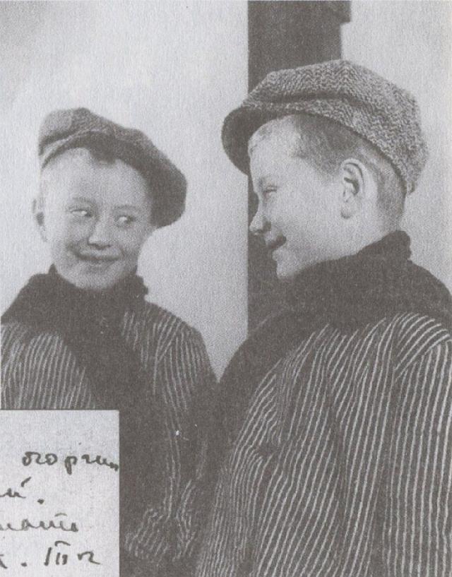 """Родители решили: """"Запишем 8-го. Будет подарок для женщин"""". Да и сам Миронов тоже предпочитал отмечать свой день рождения 8-го. В поздравительной открытке Марии Владимировне он писал: """"Мама! Спасибо, что ты меня родила! Твой сын Андрей. 8 марта 1972 г.""""."""