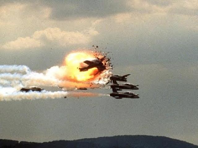 В результате ошибки полковника Иво Нутарелли его одиночный самолет, изображавший стрелу, на высоте 40 метров столкнулся с одним из самолетов в левой группе, который, потеряв управление, задел и повредил еще один.