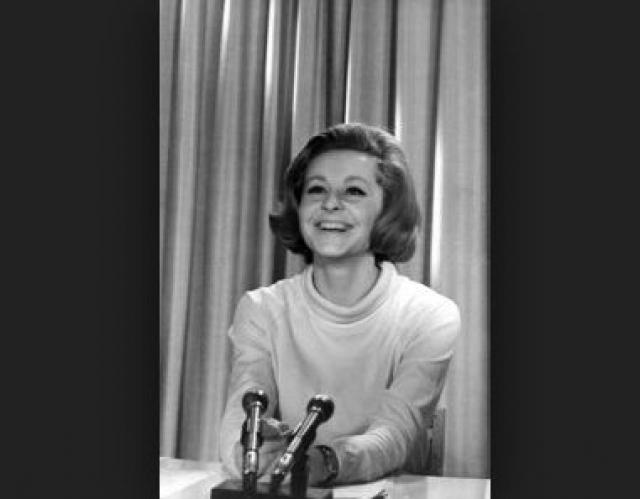 Поступила на режиссерские курсы, которые оставила ради дикторских. После их окончания была принята на работу в дикторский отдел Центрального телевидения СССР, но во время чтения новостей в прямом эфире она не могла долго сохранять серьезное лицо, ей постоянно хотелось смеяться.