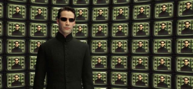 По словам дизайнера фильма Ким Барретт, из-за того, что весь бюджет уходил на сложные съемки, костюм Тринити был сделан из дешевого винила, а пальто Нео сшито из недорогой полушерстяной ткани, стоившей примерно 3 доллара за метр.