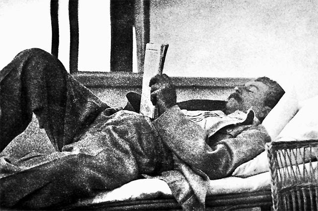 Еще одним увлечением Сталина было чтение: читал свыше 400 страниц художественной литературы в день и советовал многим следовать этому примеру. Библиотека на даче насчитывала около шести тысяч книг.
