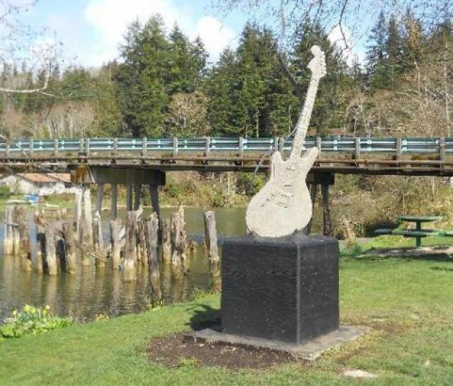 В родном городе лидера группы Nirvana Абердин, штат Вашингтон, был открыт памятник гитаре Курта Кобейна.