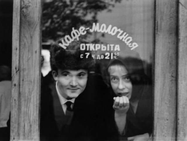 Кафе-молочная. И.Чурикова и В.Павлов. Автор Князев Андрей, 1960