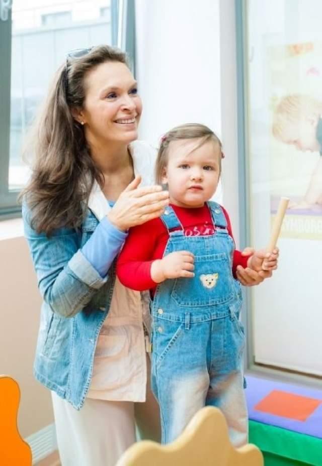 Марина Могилевская . Дочь появилась у актрисы, когда ей был 41 год. Раньше не получалось, потому что не было подходящего мужчины рядом. Но и сейчас прессе не говорит, кто отец Марии.
