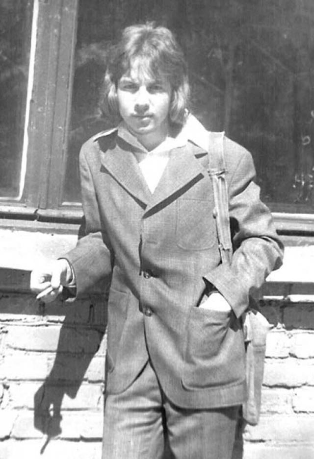 Александр Башлачев впервые публично выступил в Ленинграде вместе с Юрием Шевчуком в 6 аудитории Ленинградского ветеринарного института в марте 1985.
