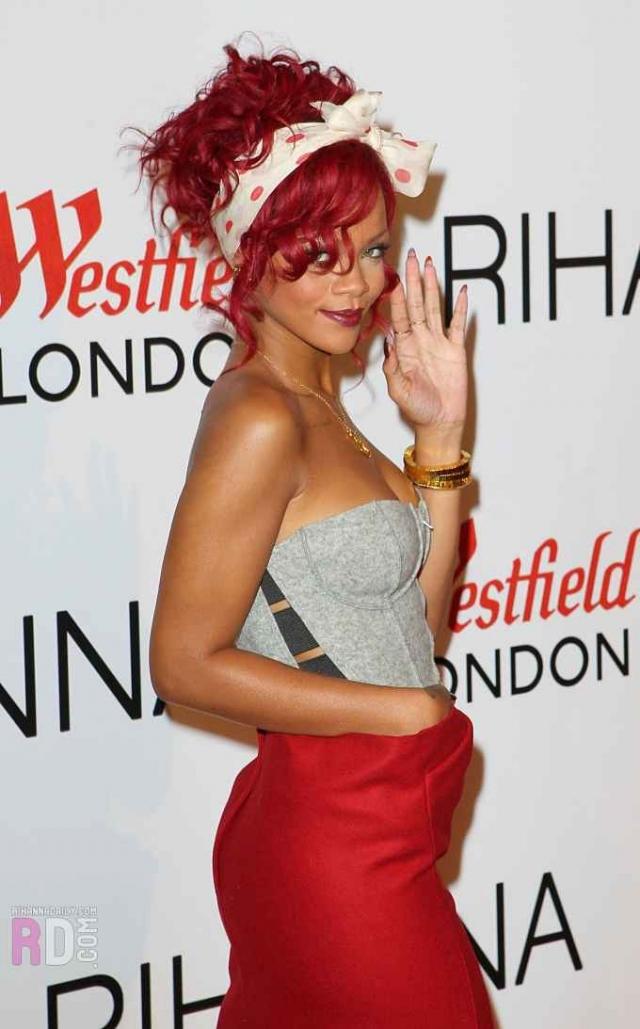 Рианна. Согласно близкому к певице источнику, она тратит $1 млн. в год на уход за своими волосами.