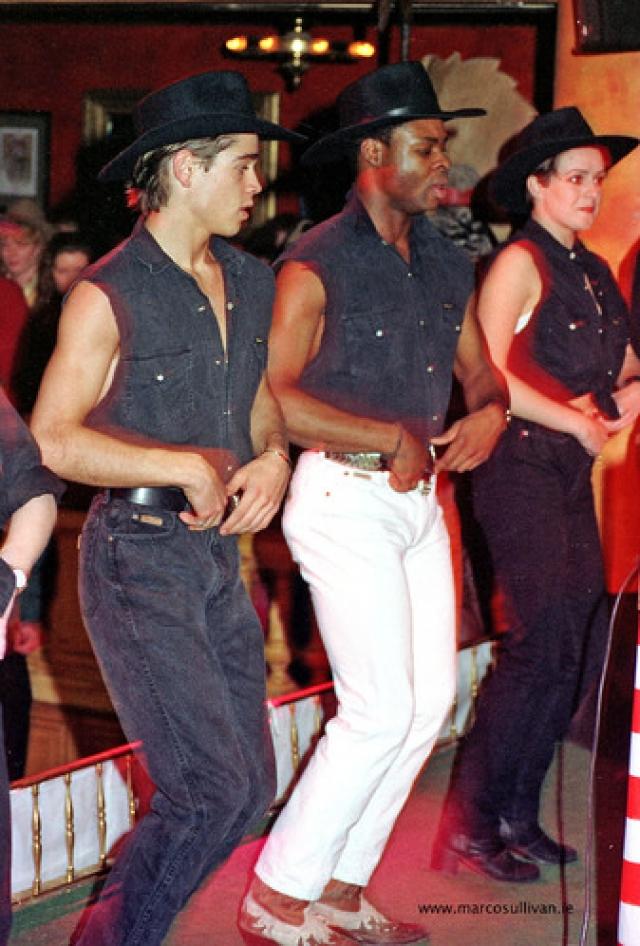 Колин Фаррел когда-то учил людей танцевать. Не удивительно, что его первая роль была в телесериале Белый танец.