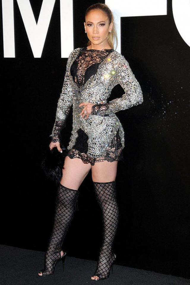 Дженнифер Лопес. Видимо, певица и актриса в помощью мини постоянно доказывает кому-то, что она еще в прекрасной форме, а ультракороткую длину нарядов приправляет блестками и прозрачными вставками.