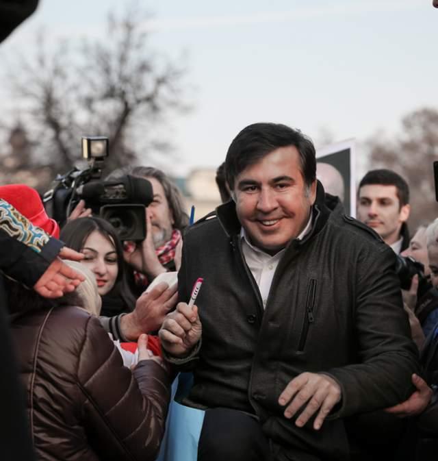 """Сам Михаил пояснил, что часто жует галстук, когда нервничает. А спустя два дня после события газета """"Аргументы и факты"""" объявила о начале акции по сбору галстуков для Саакашвили, которые предполагалось передать в посольство Грузии."""