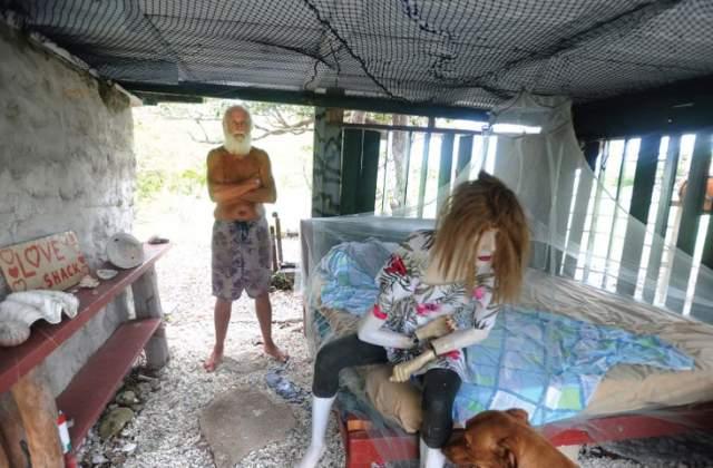 "Вместе с Дэвидом на острове живет его собака Квази и женский манекен, который Глешин зовет ""Русалкой""."