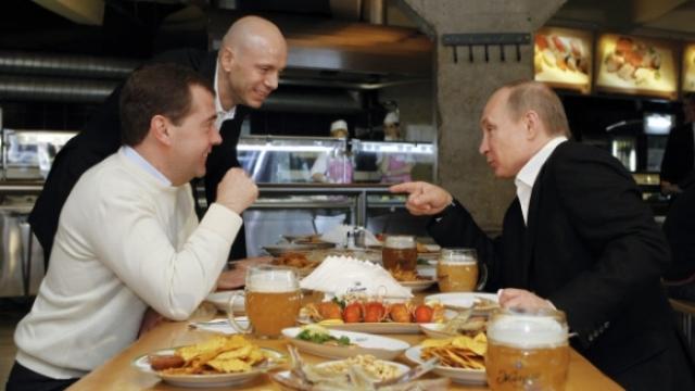 Также среди его проектов - ресторан здоровой пищи, где средний счет составляет пять-шесть тысяч рублей.