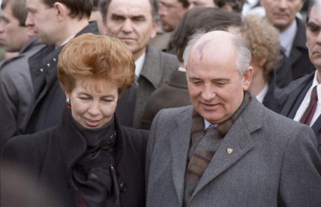 Жена президента была с супругом на всех мероприятиях, комментировала положение в стране, а также создавала общественные фонды.