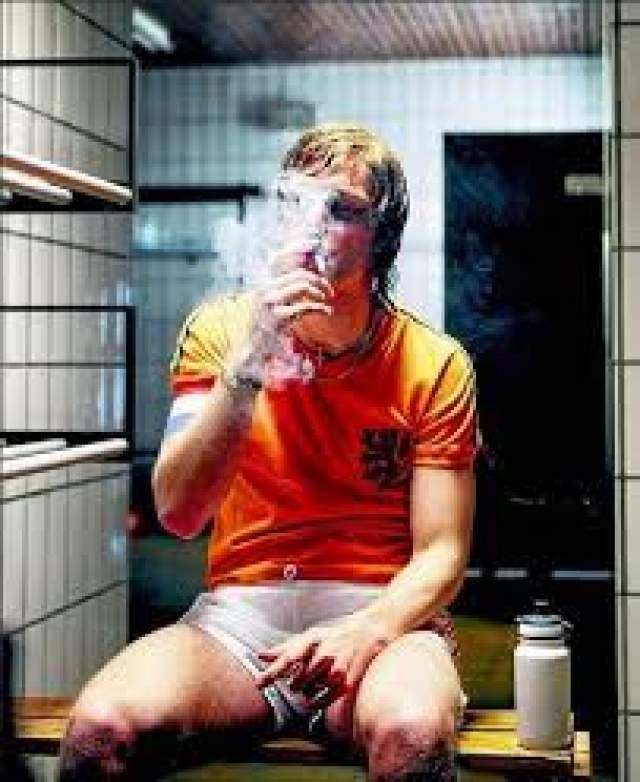 Один из самых выдающихся футболистов мира курил одну за одной до 1991 года, пока не слег с инфарктом. После создал фонд борьбы с этой привычкой. Несмотря на все меры, он скончался от рака легких.