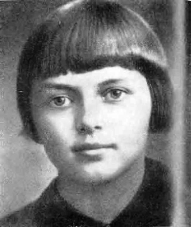 Портнова же специально при немцах ела тот же самый суп, чтобы доказать свою невиновность, и чудом оставалась жива. Но однажды ее застали с поличным, и тогда Портнова застрелила следователя и еще двоих гитлеровцев.