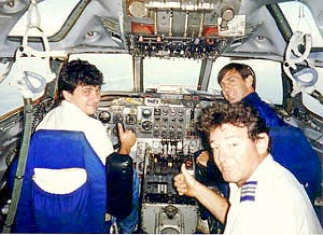 В тот день Бен Чарльз Падилла, сертифицированный бортинженер, авиационный механик и пилот вместе со своим помощником, Джоном Микелем Мутанту, выходцем из Республики Конго, поднялись на борт номер N844AA для его проверки.