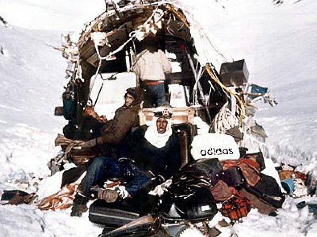У выживших был скудный запас пищи: несколько плиток шоколада, немного крекеров и несколько бутылок ликёра.