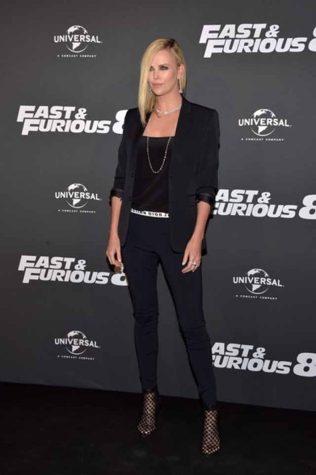 На данный момент Шарлиз явно поработала со стилистом: ее прически элегантны, а платья лишь подчеркивают достоинства фигуры.