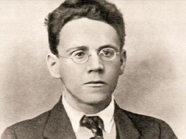 Стихотворные книги Маршака, переехавшего из Воронежа в Петроград в 1917 году, сразу завоевали большой успех: поэмы, баллады, сонеты, загадки, песенки, присказки – ему было под силу все.