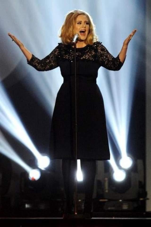 Адель Британская певица говорит, что не собирается меняться, подстраиваясь под стандарты общества. И даже ныне покойный дизайнер Карл Лагерфельд извинялся перед певицей после того, как раскритиковал ее фигуру.