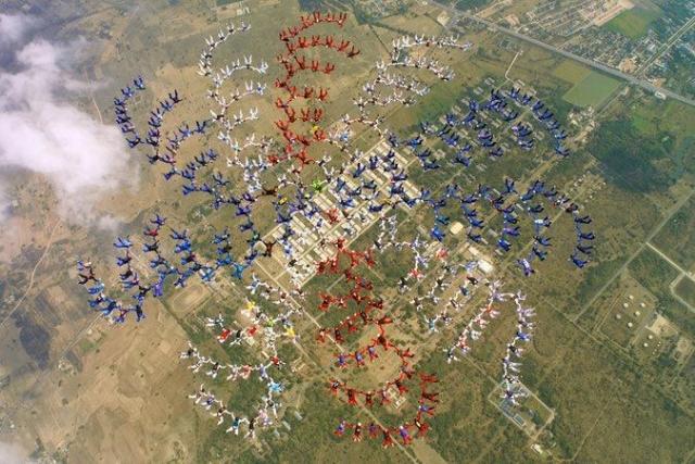 6 февраля 2004 года, команда из 357 парашютистов вошла в книгу рекордов Гиннеса, построив самую большую фигуру в мире, составленную в свободном падении.