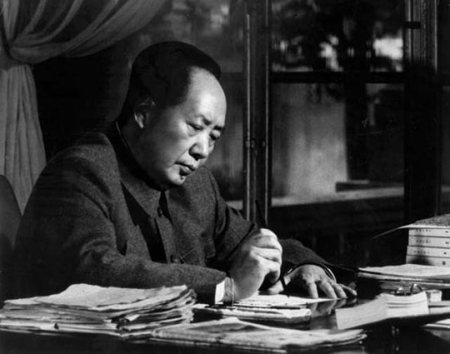 """В проекте """"Указа ЦК ЦКП о гигиенических мероприятиях"""", принятого ровно через два года, 18 марта 1960 г., Мао Цзэдун написал: """" Не надо бить воробьев, как результат мы лишь получили клопов. Лозунг такой: Уничтожать крыс, клопов, мух и комаров """"."""