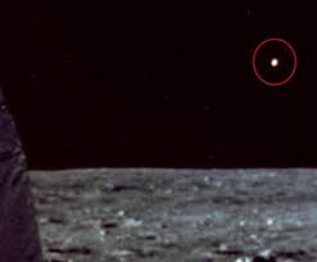 """""""Во время миссии Аполлона 11 на пути к Луне, я заметил свет в иллюминаторе корабля, казалось, что он движется вместе с нами. Было несколько объяснений этому явлению, другой корабль из другой страны, или это были панели, которые отошли, когда мы извлекли из посадочного модуля ракеты. Но все это было не то."""""""