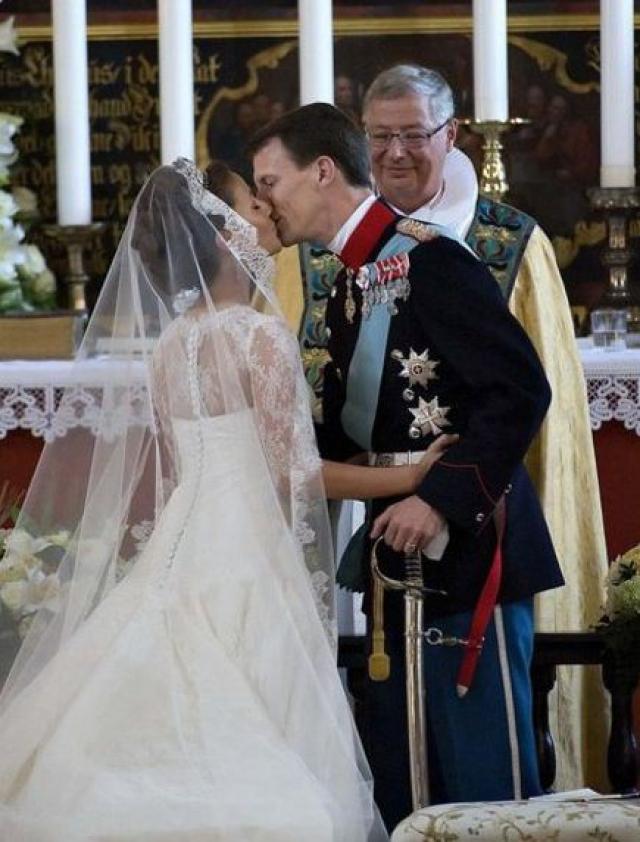 В церкви небольшого городка Мегельтонде в Южной Ютландии француженка Мэри Агате Одиль Кавалье стала Ее королевским высочеством принцессой Мэри.