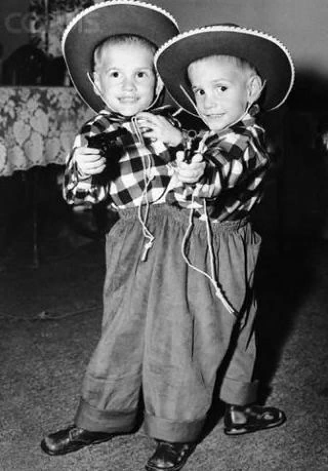 Ронни и Донни Гэлион , родились 28 октября 1951 года в США. В этом году они отметили свое 66-летие, и официально являются старейшими сиамскими близнецами на планете.