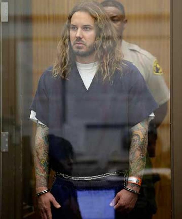 Полиции удалось узнать о готовящемся преступлении, залог в размере $1000 к от музыканта получил уже агент под прикрытием. Как только Ламбезис передал мнимому исполнителю конверт с деньгами и информацией о супруге, его тут же арестовали.