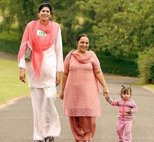 Зейнаб Биби - самая высокая женщина Великобритании и Пакистана. С 15-летнего возраста Зейнаб Биби прибавляла в росте и достигла высоты 218 см.
