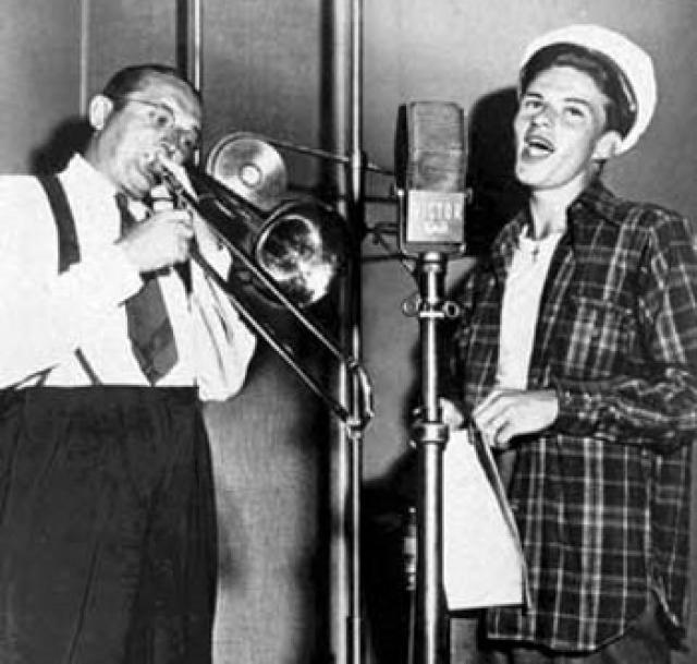 """3. Синатра - прототип певца Джонни Фонтейна в """"Крестном отце"""" Первый успех после выступлений в свинговых джаз-оркестрах трубача Гарри Джеймса и тромбониста Томми Дорси (1939—1942 гг.) вскружил Фрэнку голову, и он, особо не задумываясь, подписывает с Дорси пожизненный контракт. Когда Синатра понял, во что вляпался, было уже поздно — сделку отменить было невозможно. На фото: Томми Дорси и Фрэнк Синатра"""