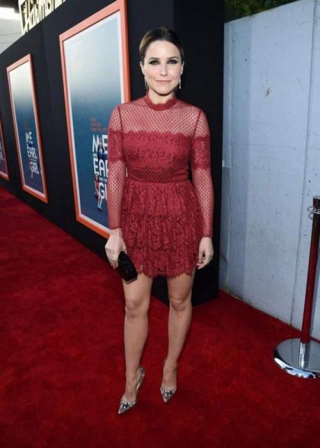 Американская актриса София Буш (36) в платье Temperly London выглядела так, словно позаимствовала наряд своей маленькой дочери или племянницы.