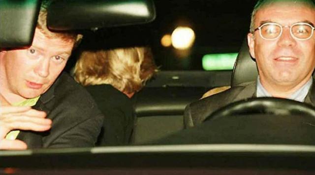 Снимок принцессы Дианы , на машине пытающейся оторваться от преследующих папарацци, было сделано за минуты до страшной аварии, в которой погибли все пассажиры авто, кроме охранника принцессы.