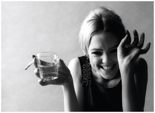 """Эди Седжвик. Американская актриса, """"светская львица"""" и богатая наследница, бывшая музой Энди Уорхола в шестидесятых, часто злоупотребляла алкоголем и наркотиками."""