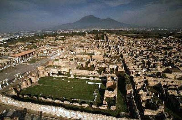 Помпеи. 18 августа 1763 года при раскопках недалеко от Неаполя архитектор Франческо Ла Вега обнаружил столб с надписью Помпеи.