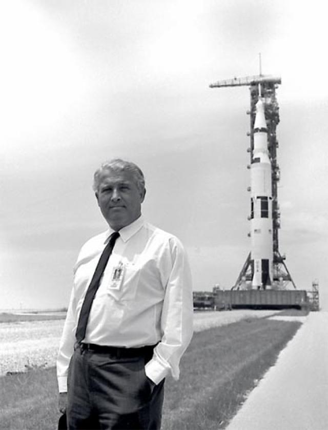 """В этот же год правительство США наградило фон Брауна медалью NASA """"За выдающуюся службу"""". После чего фон Браун торжествовал пять успешных пилотируемых полетов, но проект лунной станции оказался неосуществимым."""