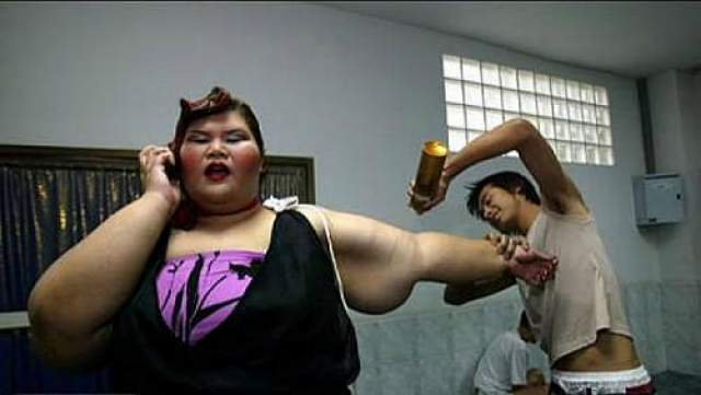 А самая упитанная участница по имени Танханок Меккив весом 182 кг получила специальный приз.