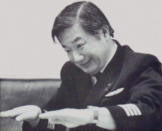"""Наблюдение с рейса 1628, 1986. 16 ноября неопознанный летающий объект, по описанию очевидцев """"втрое больше, чем авианосец"""", летел параллельно гражданскому самолету японских авиалиний."""