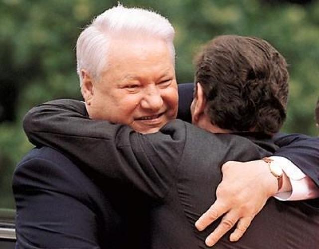 В армии Борис не служил из-за отсутствия двух пальцев на левой руке. Травму он получил в раннем детстве: в Березниках он украл на военном складе две гранаты, одну из которых неудачно взорвал.