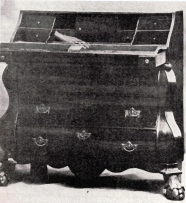 Эта известная фотография сделана в начале 20-го века. На бюро королевы Анны запечатлена бестелесная рука.