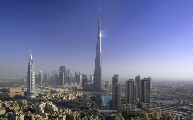 Бурдж-Халифа – самое высокое здание во всем мире. Его архитектурная высота составляет 828 метров, а высота последнего эксплуатируемого этажа – 584,5 метров. По высоте Бурдж-Халифа равна трем Эйфелевым башням.