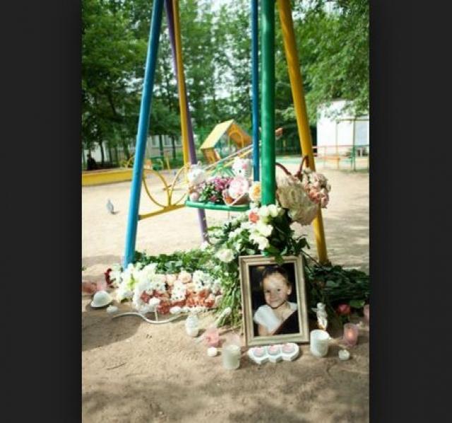 Представители власти в ответ заявили, что всему виной безнадзорность ребенка: ее родители находились в Австралии, а бабушка была на работе присматривали за девочкой лишь ее старшая сестра Полина, которой тогда было 7 лет, и 13-летний дядя Кирилл