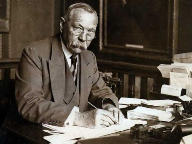 Как следствие, его рабочее место очень походило на кабинет его литературного героя - Шерлока Холмса.
