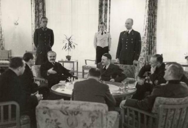 """В той или иной форме Гитлер повторил мысль о сближении СССР и Германии и новом разделе сфер интересов в мире как минимум три раза. Молотов соглашался с ходом мыслей Гитлера, но все же акцентировал внимание на необходимости более глубоко обсудить проблемы, названные фюрером несущественными: вопросы Турции, Болгарии и др. Отчитываясь Сталину о ходе переговоров и общей обстановке, Молотов телеграфировал после первой беседы: """"Принимают меня хорошо и видно, что хотят укрепить отношения с СССР"""""""
