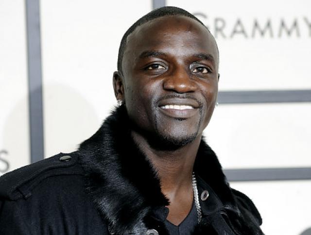 Akon. В 2005 году по музыканту и его продюсеру Роберту Монтанезу открыли огонь из проезжающей мимо машины.