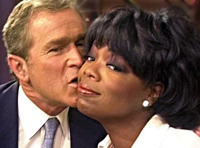 А вот Джордж Буш попытался поцеловать Опру Уинфри , которая явно не в восторге.