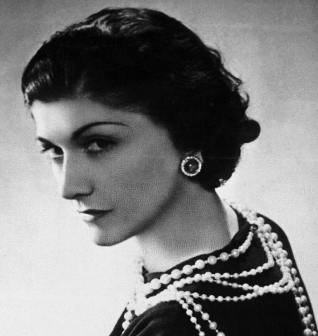 Коко Шанель. Когда будущей иконе стиля исполнилось 12 лет, умерла ее мать, а через четыре года ее и еще четырех ее братьев и сестер оставил отец.